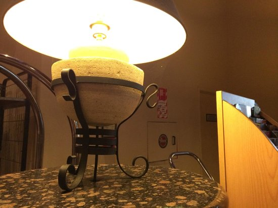 Rydges Rotorua: lobby lamp