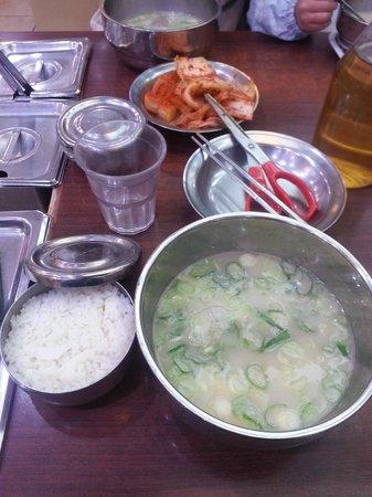スープにご飯を入れて、ネコマンマにして食べます。