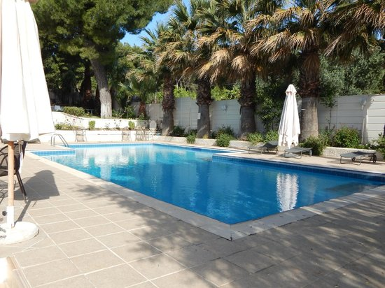 Myrto Hotel: Pool in the afternoon, no depth markings so watch children