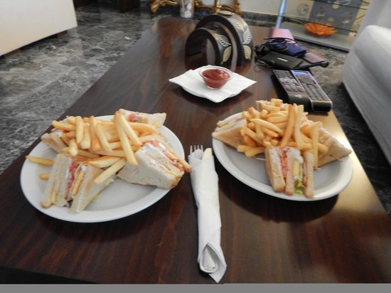 Myrto Hotel: Lunch time snacks available from the bar - club sandwich