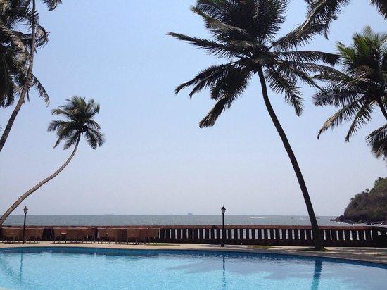 Prainha Resort : Pool over looking the sea