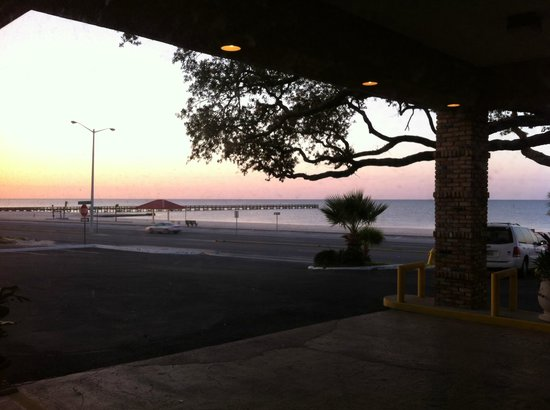 Quality Inn Biloxi: Sunrise view from the lobby