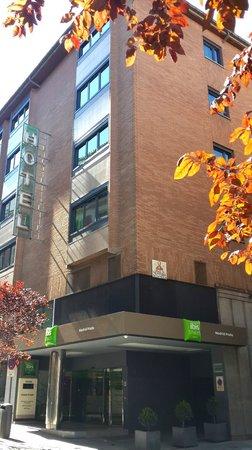 Ibis Styles Madrid Prado: Outside view on Calle el Prado