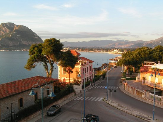 Splendid Hotel La Torre: View of the town of Mondello from our bedroom
