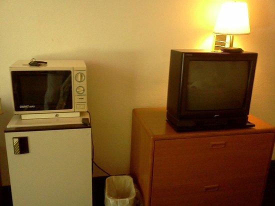Macomb Inn: Does not look like a flat screen TV to me...