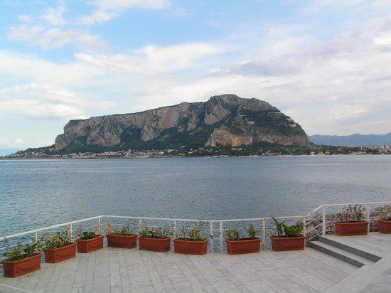Splendid Hotel La Torre : View of mountains across the bay from breakfast terrace