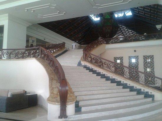 Majestic Elegance Punta Cana : Majestuosa escalera al hall