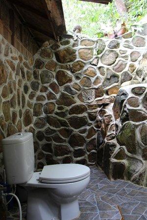 Kupu-Kupu Garden Guest House & Cafe: Open air bathroom of Waterfall Room