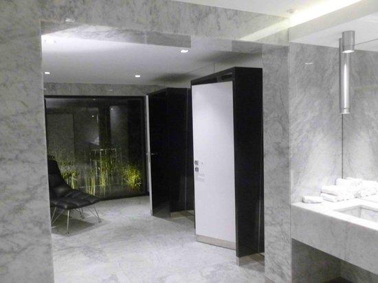 L'Assiette Champenoise : Belles toilettes avec chaise longue !