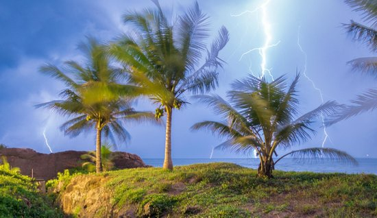 Saman Villas: Lightning strikes over the Indian ocean as seen from our room.