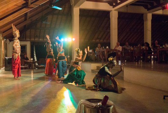 Saman Villas: Kandyan dancers providing some entertainment during dinner.