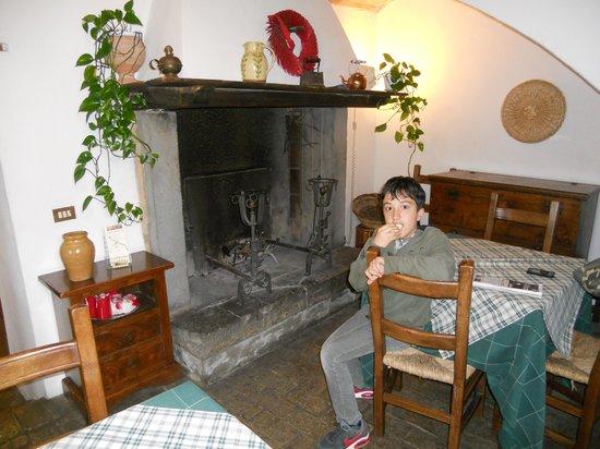Fattoria La Cacciata : il caminetto e Pietro,ultima generazione dei proprietari