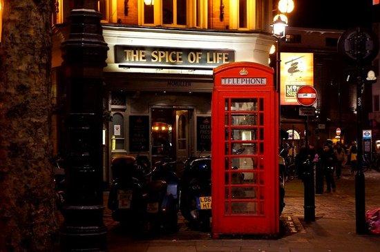 The Z Hotel Soho : Pub across the street