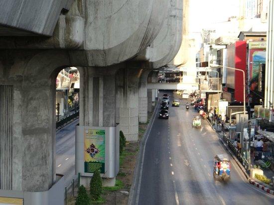 Holiday Inn Express Bangkok Siam: Calle del Hotel