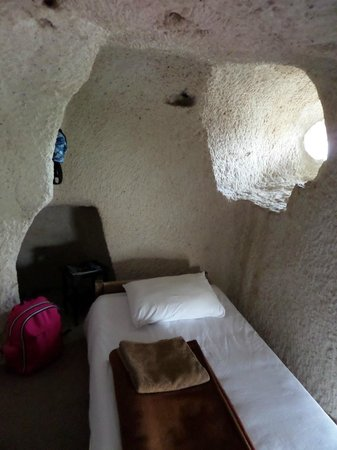 Yasin's Place Backpackers Cave Hotel: Окно-амбразура и ниши