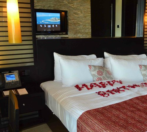 Rixos The Palm Dubai: Surprise floral birthday greeting on the bed