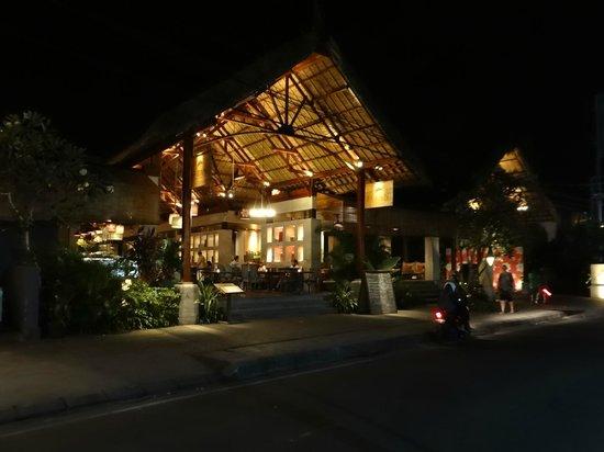 Alaya Resort Ubud: Restaurant con vista a la calle