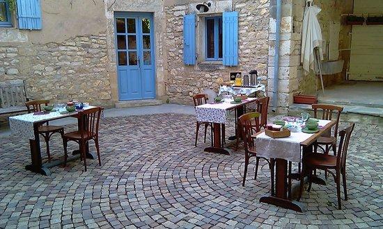 Le Mas des Sages : Le petit déjeuner dans la cour intérieur