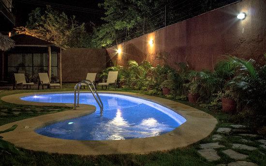 Casa Xiloé: Piscina iluminada en la noche