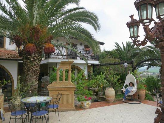 Agriturismo / B&B Reggia Saracena: Parte del bel giardino