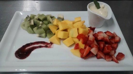 Radisson Hotel Curitiba: Frutas com creme de baunilha