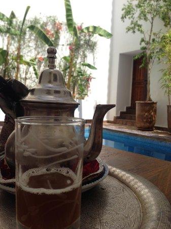 Riad l'Orangeraie: Mint tea by the pool