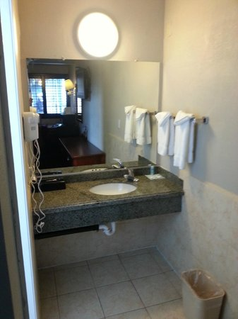 Rodeway Inn Hollywood: Bathroom
