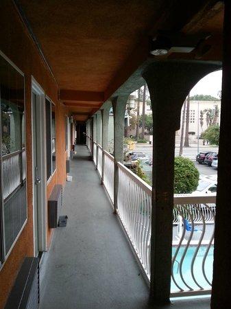 Rodeway Inn Hollywood: Hotel corridor