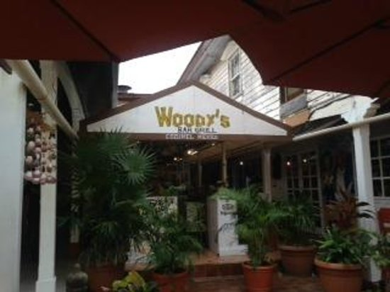 Woodys Bar and Grill: Best Bar in town!