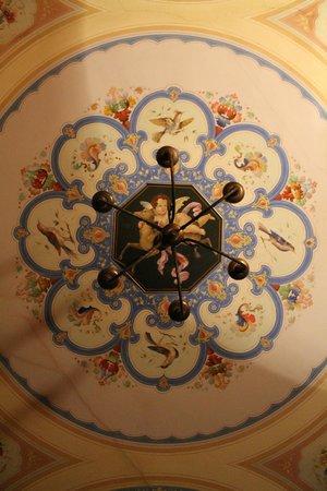 Villa Pedone : Il lampadario della camera
