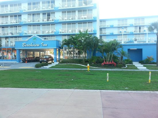 Beachview Hotel: View from the pedestrian walk in front of hotel