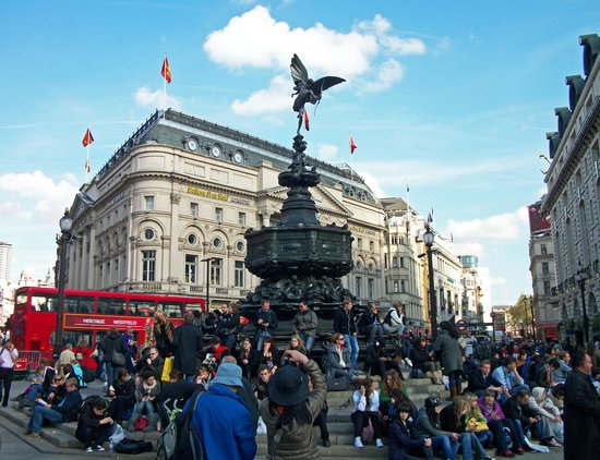 Piccadilly Circus : A popular gathering place
