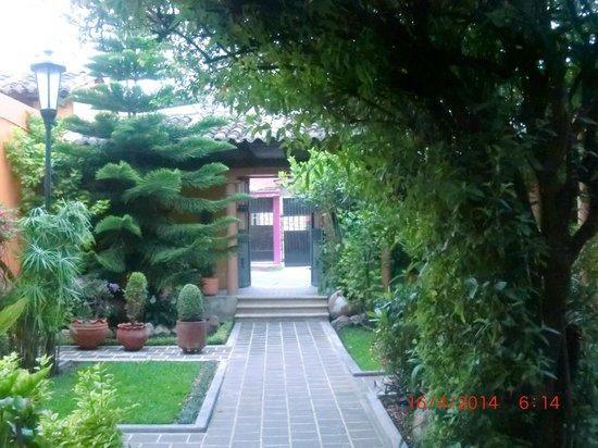 Hotel Eugenia: jardin en la entrada