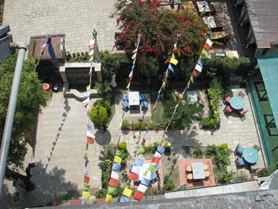 Hotel Florid Nepal : Внутренний дворик со столиками.