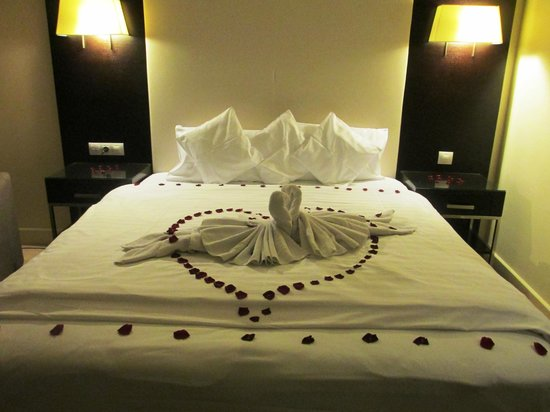 Lion's Garden Hotel: Romantic package welcome decor