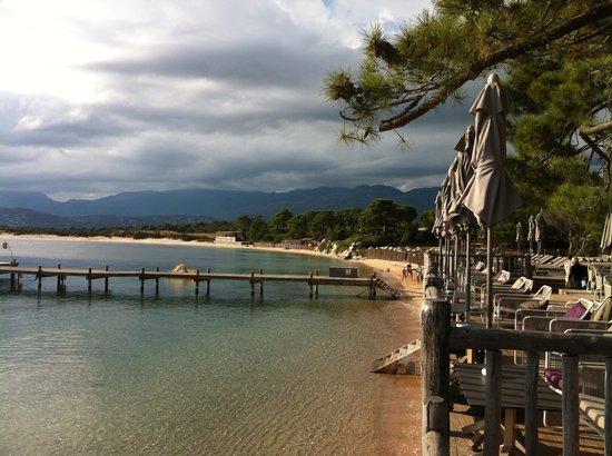 Grand Hôtel de Cala Rossa : le bar et la plage vue de l'hôtel