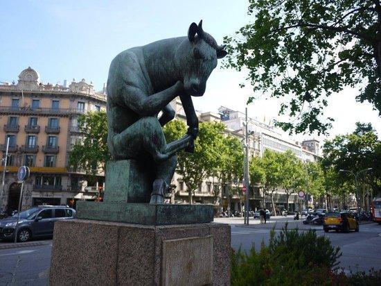 Barcelona Japanese Official Tourist Guide: ランブラ・ダ・カタルーニャで出合った「考える牛」