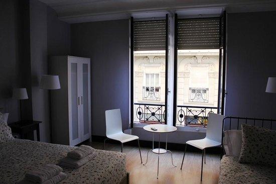 B&B Hi Valencia Cánovas: Habitación Triple Superior: Iluminación y ventilación natural