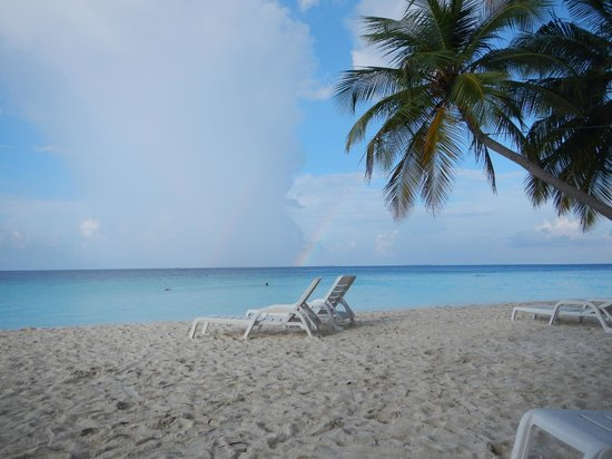 Fihalhohi Island Resort: La plage, avec arc-en-ciel