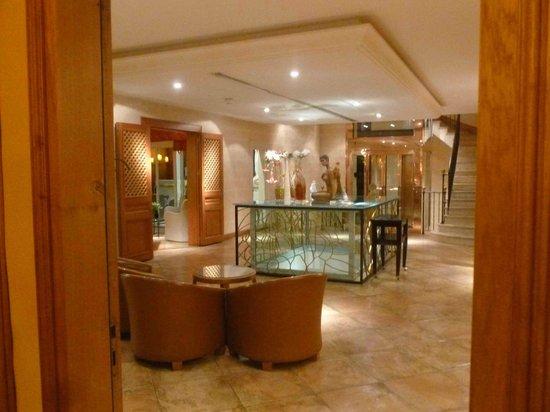 La Cote Saint Jacques: Le salon, au fond l'ascenseur tout doré qui permet de se rendre au restaurant
