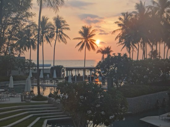 Outrigger Laguna Phuket Beach Resort: Sunset
