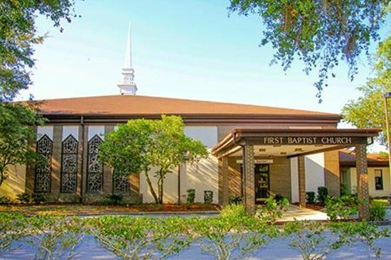 First Baptist Church of Mount Dora: Church from 1st Avenue
