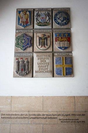 Neues Rathaus: Гербы городов-побратимов на стене ратуши