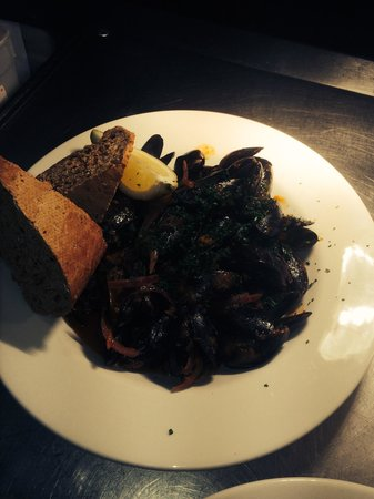 Portsmouth Hoy: Mussels provencale, warm crusty bread