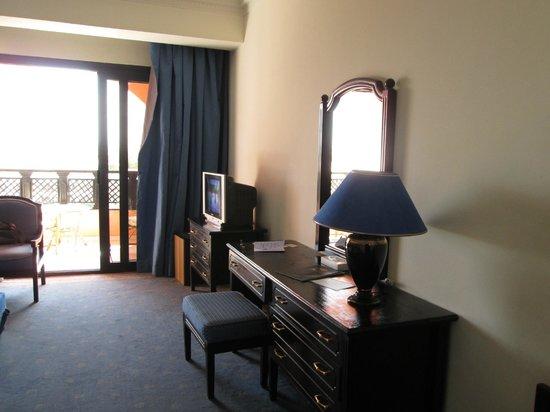 Golden 5 Paradise Resort: деревянная мебель, плотные шторы