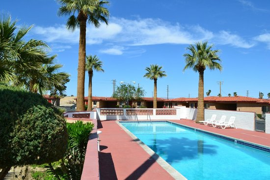 El Rancho Dolores Motel: Large pool with beautiful landscape