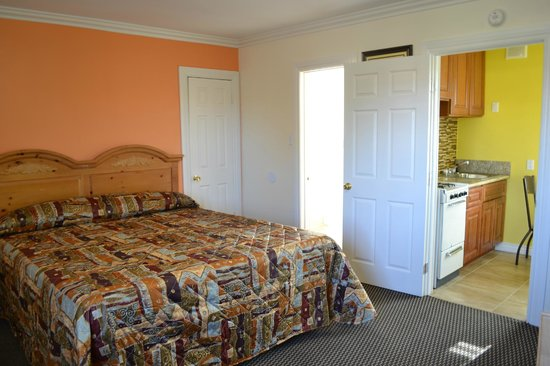 El Rancho Dolores Motel: king size room with a full kitchenette