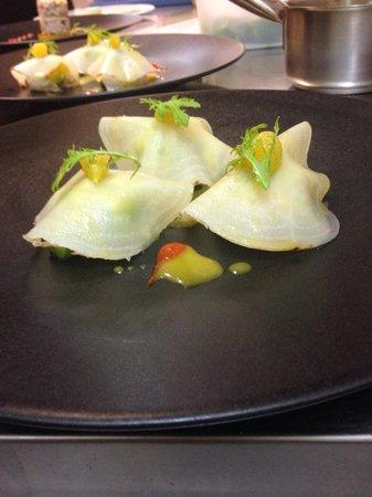 L'Amaryllis : - Raviole de betterave jaune et langoustine .