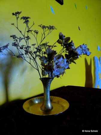Palace Estate Home Stay: flowers for in the room