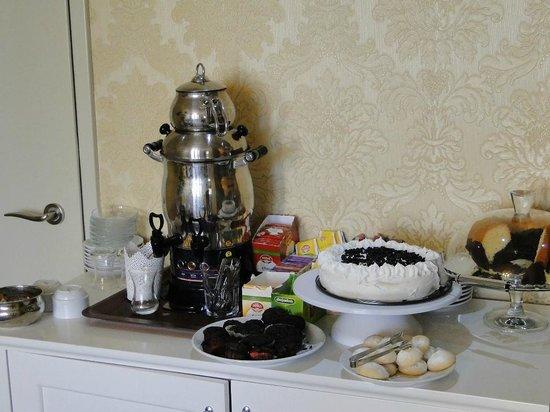 World Heritage Hotel Istanbul: słodycze oraz herbata i kawa w lobby